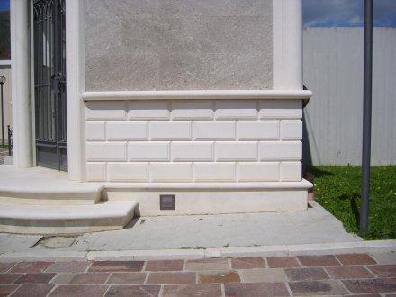 Zoccolatura in pietra chiara arte pietra snc for Zoccolo casa moderna
