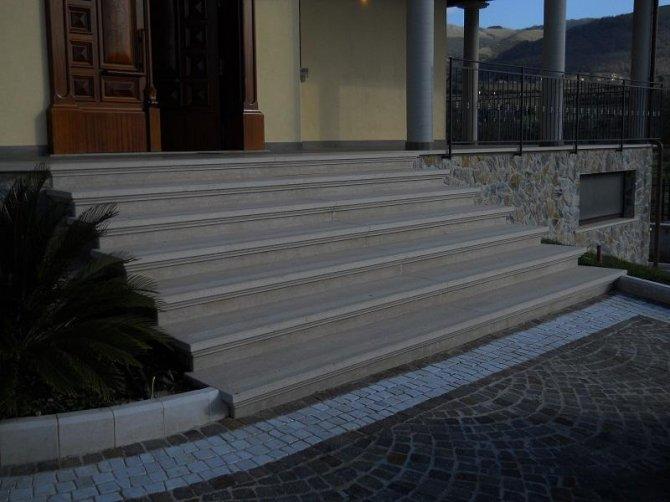 Scala in pietra noce spazzolata e bocciardata arte - Granito per scale ...